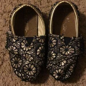 Toms infant size 7 Gold glitter with navy lace